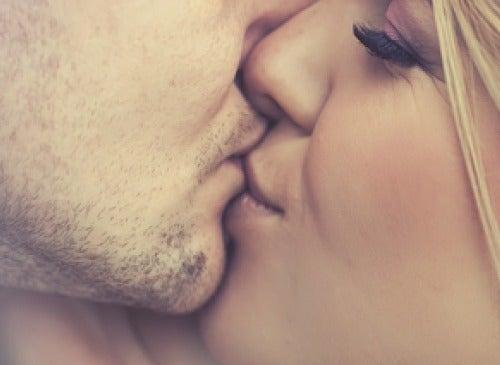 5 enfermedades más comunes transmitidas por besos