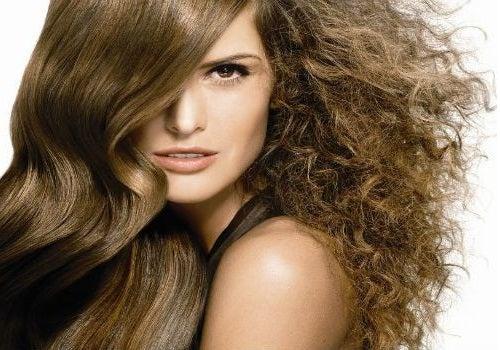 Cómo eliminar el frizz (pelo encrespado) con productos naturales