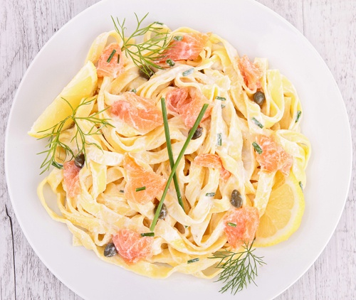 3 platos de pasta con salmón y salsa de limón