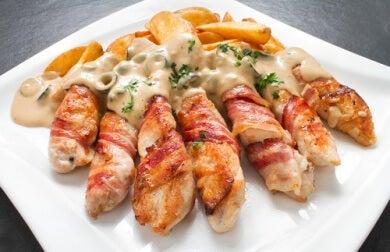 Pechugas de pollo envueltas en bacon con queso y setas