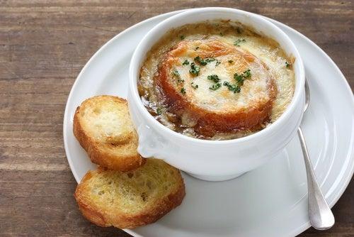 Receta de sopa francesa de cebolla y queso gratinada