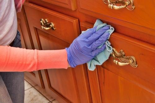 Cómo limpiar y abrillantar la madera con productos caseros