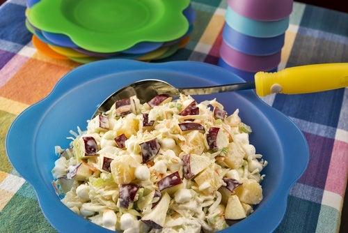 Ensalada de malvaviscos, frutas y crema