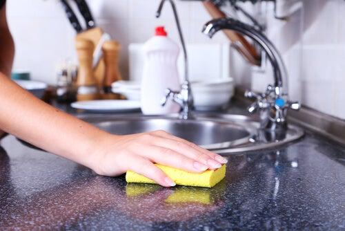 ¿Sabías que las esponjas para lavar platos son una de las mayores fuentes de bacterias? ¡Conoce cómo limpiarlas y desinfectarlas!