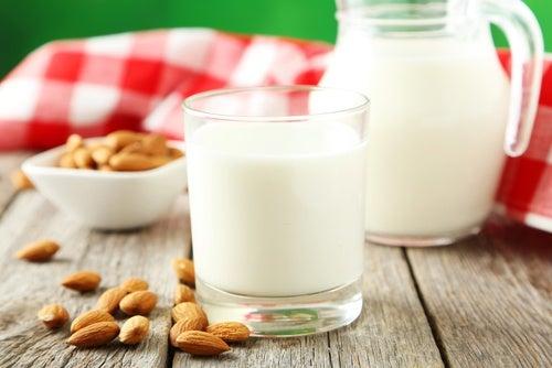 Receta casera y fácil para preparar leche de almendras