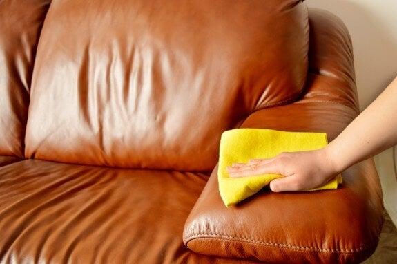 Descubre cómo quitar el mal olor en sillones y sofás