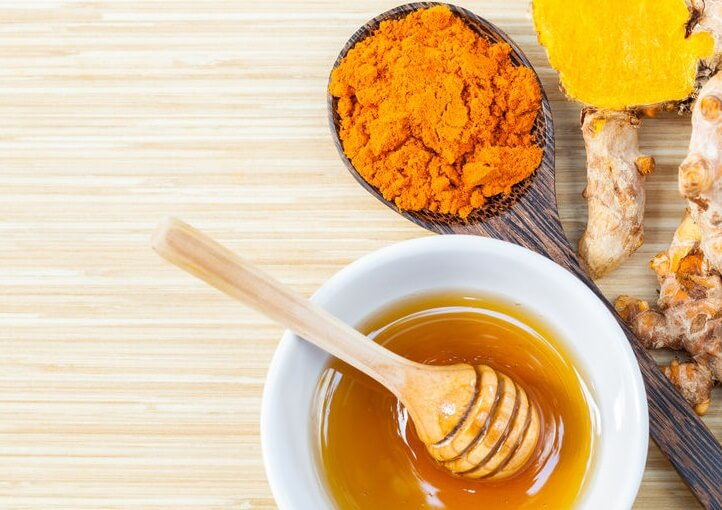 Remedio con cúrcuma y miel para reducir el dolor articular