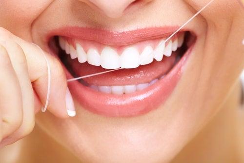 ¿Es bueno o malo usar hilo dental? Todo lo que debes saber