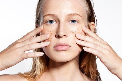 Exfoliante de almendra, manzanilla y lavanda para pieles sensibles