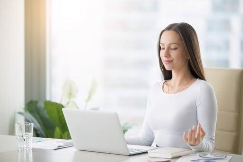 ¿Cómo ayudan las técnicas de relajación a devolver el equilibrio a un sistema alterado?