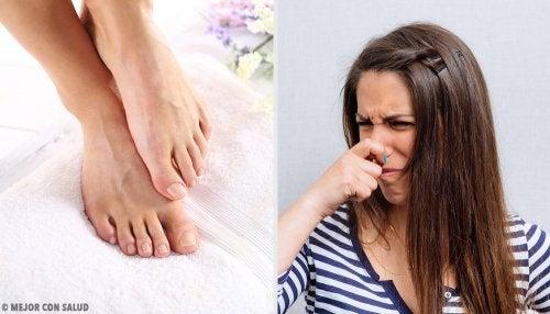 Prepara talco seco para eliminar el mal olor de los pies