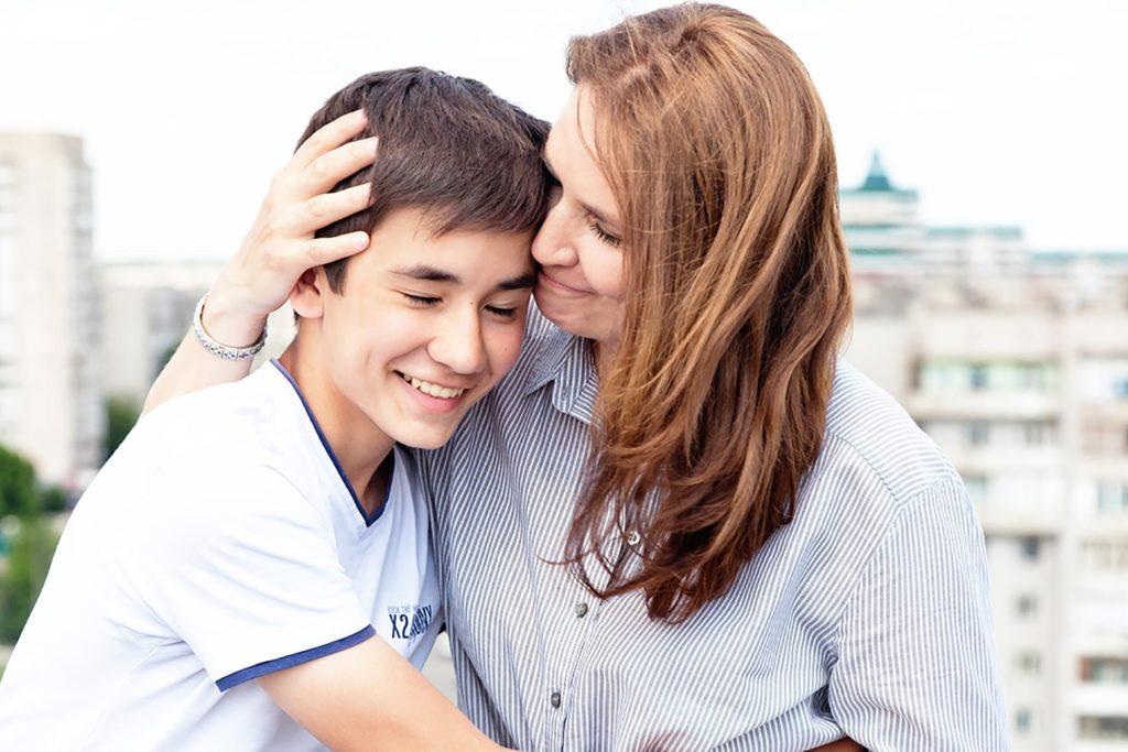 Madre orgullosa de su hijo.