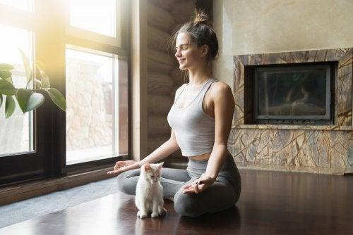 ¿Por qué se recomienda practicar yoga?