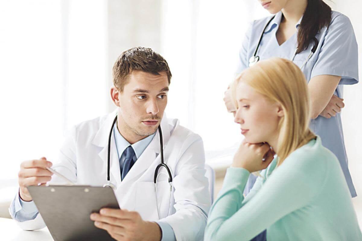 Mujer en consulta con ginecólogo: relaciones sexuales tras una histerectomía