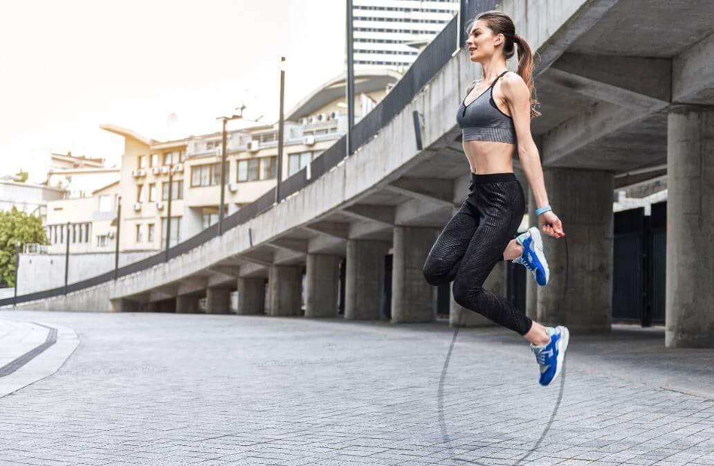 Saltar a la comba y ejercicios para hacer cardio