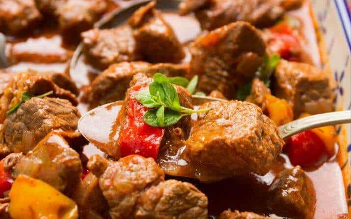 Prepara un delicioso gulash casero con esta receta