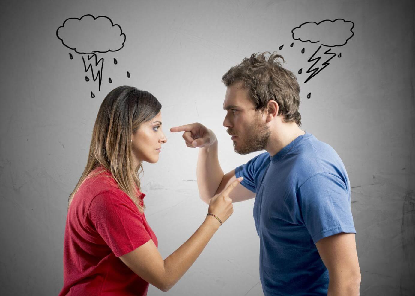 Pareja discutiendo y reprochándose cosas.