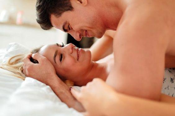 8 frases para excitar a un hombre en la cama