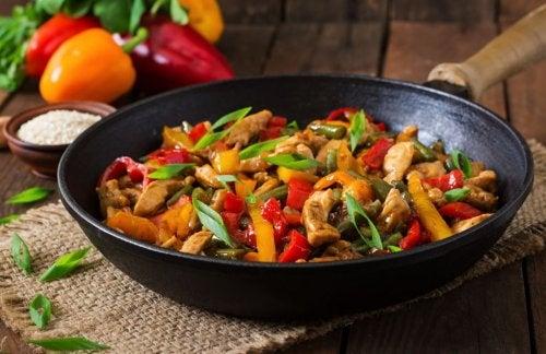 Prepara delicioso pollo con verduras