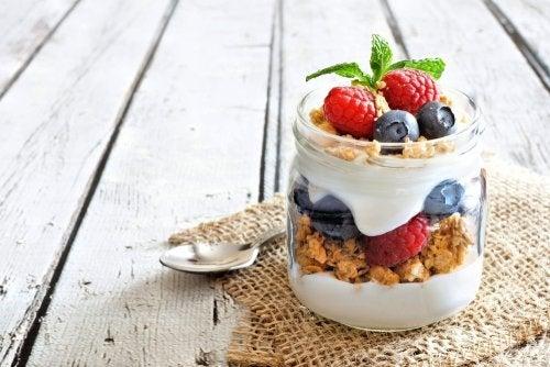 Prepara yogur casero de frutas con esta sencilla receta