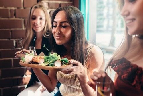 3 tips para cuidarte sin necesidad de renunciar a tu vida social