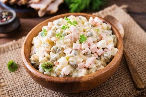 Prueba esta ensalada rusa en tus comidas. ¡Receta fácil!
