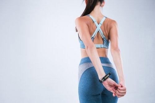 4 estiramientos que te ayudarán a corregir tu postura