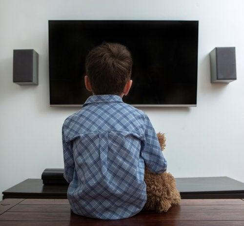 ¿Qué tiempo es prudente para que tus hijos vean televisión?