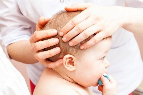 Qué hacer si mi bebé se ha golpeado en la cabeza