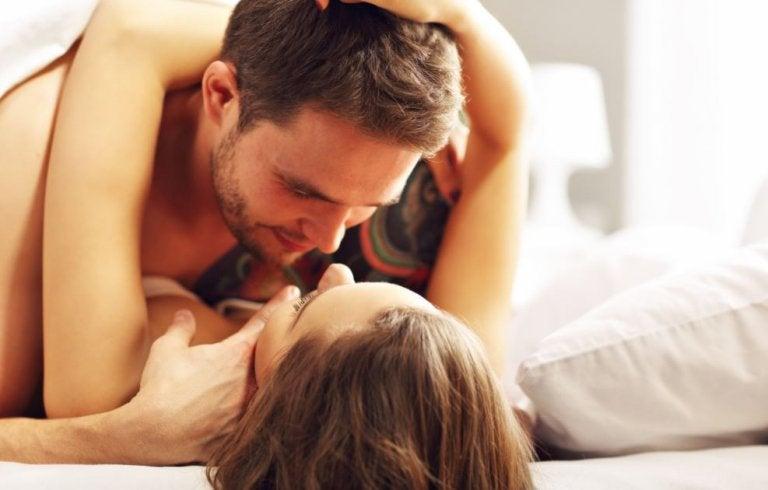 6 posturas para dormir juntos en una cama pequeña
