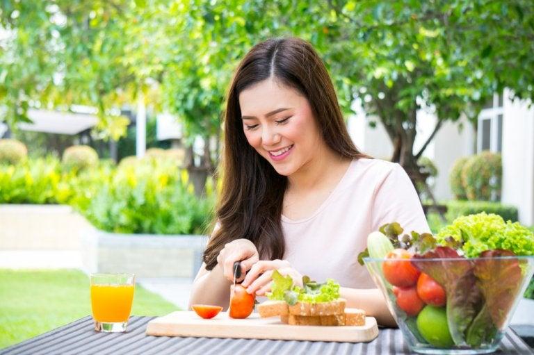 Cuál es el número y la distribución correcta de alimentos en una buena dieta