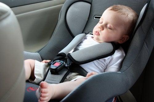 Por qué es mejor que el bebé no duerma en la silla del coche