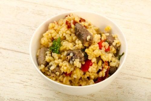 Exquisita ensalada de nabo, quinoa y semillas de sésamo tostado