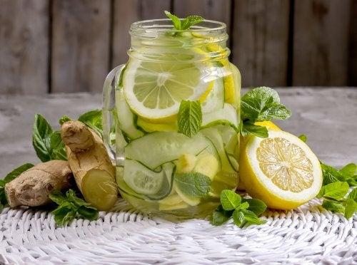 Elabora una limonada detox con jengibre y manzana