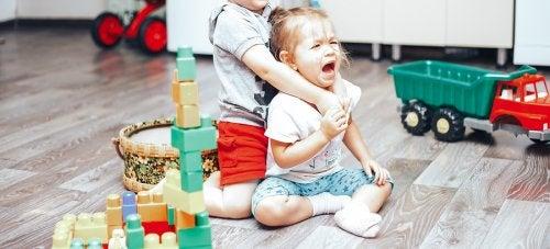 Cómo controlar las peleas entre los niños