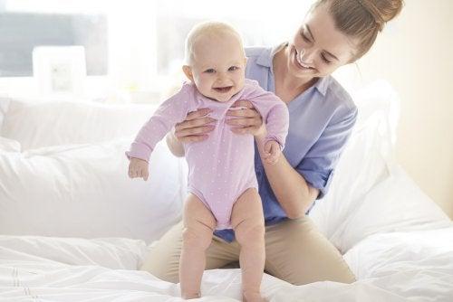 Ayuda a tu hijo a dar sus primeros pasos