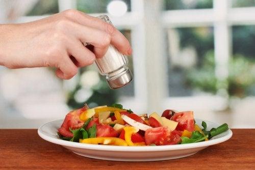 5 beneficios para la salud de usar poca sal en tus alimentos