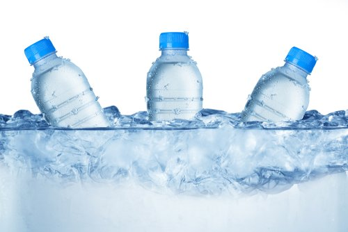 ¿Se pueden quemar calorías tomando agua helada?