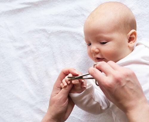 Cómo cortar las uñas a un bebé