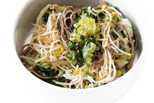 Deliciosa receta vegana: ensalada de fideos soba y tempeh