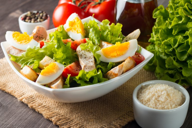 3 ensaladas con huevo que te encantarán