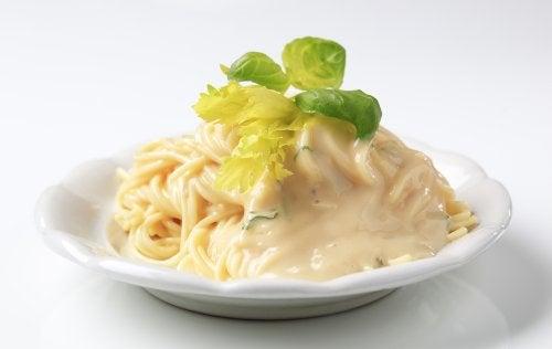 Aprende a hacer unos espaguetis muy cremosos con esta receta casera