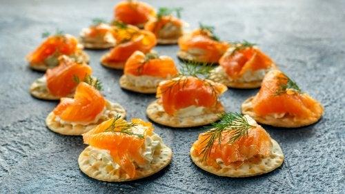 Receta de blinis de salmón ahumado y salsa tártara
