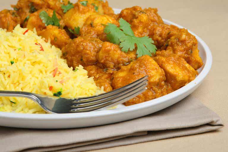 Prepara un delicioso pollo al curry con esta receta casera