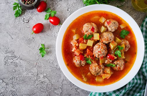 Deliciosas albóndigas hechas al vapor con tomate y cebolla