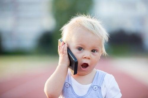 A qué edad un niño puede comenzar a usar un teléfono móvil