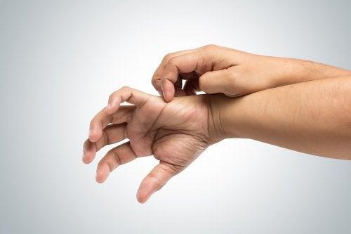 Picazón insistente en los dedos. ¿A qué se debe?