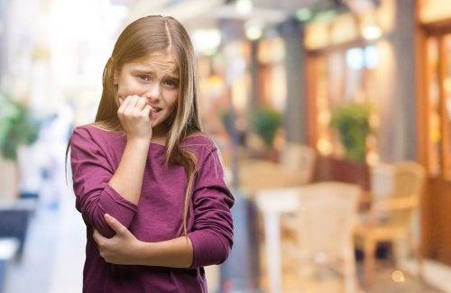 Qué hacer si un niño se muerde las uñas