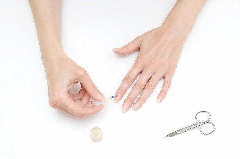 Cómo pintar tus uñas y no mancharte los dedos