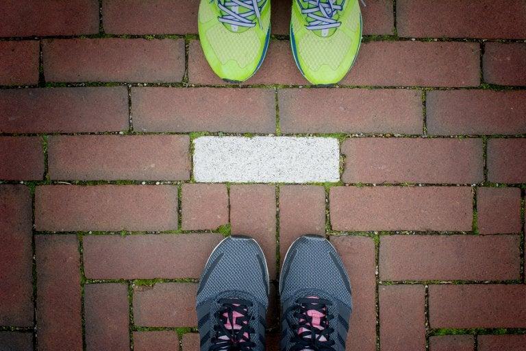 6 ejercicios en pareja que se pueden hacer al aire libre